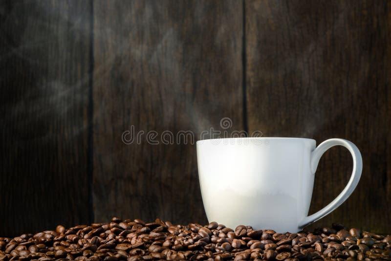 Taza de café con las habas imagen de archivo