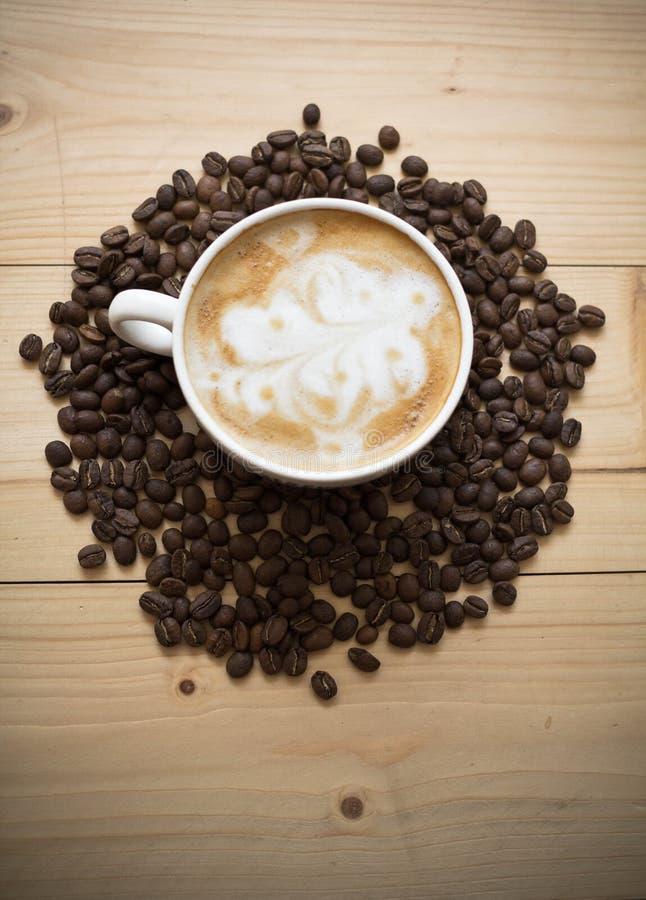 Taza de café con las habas fotos de archivo libres de regalías