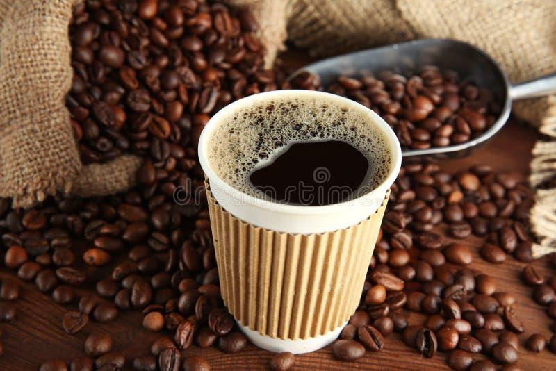 Taza de café con las habas y la cucharada foto de archivo