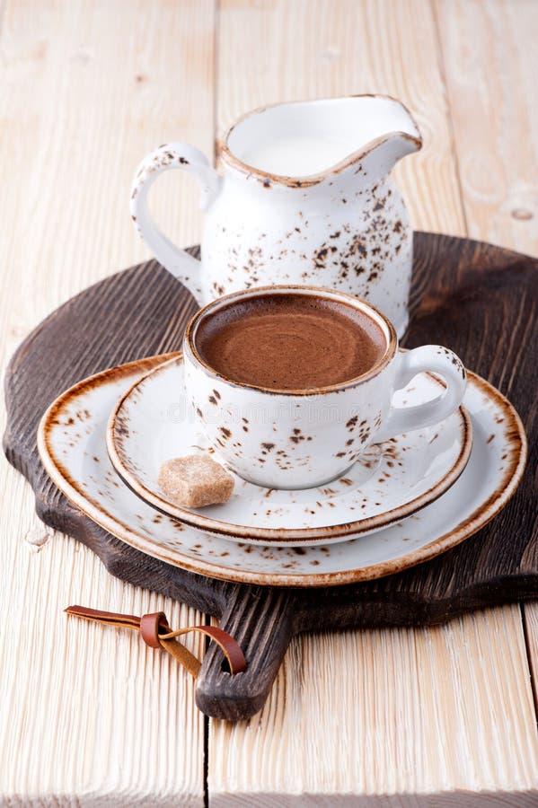 Taza de café con leche y azúcar fotos de archivo