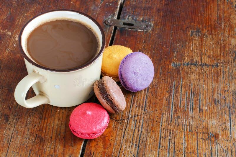 Taza de café con leche y macarons imagen de archivo libre de regalías