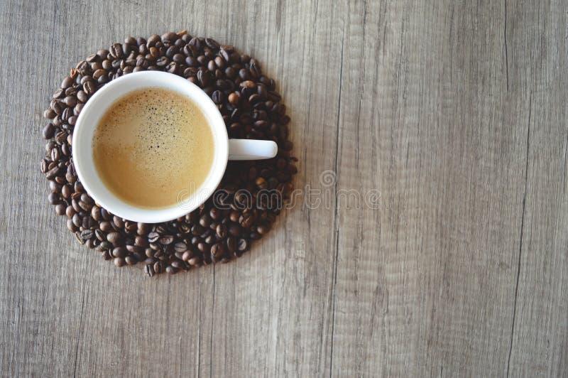 Taza de café con los granos de café foto de archivo libre de regalías