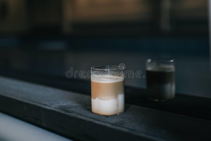 Taza de café a con sombras reflejadas en el espejo sobre fondo de loft Concepto de café La vida en verano en la cafetería moderna imágenes de archivo libres de regalías