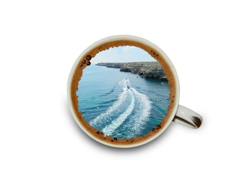 Taza de café con un sueño sobre vacaciones de la playa imagenes de archivo