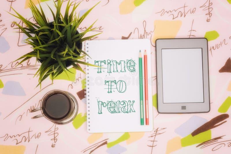 Taza de café, cuaderno y ebook foto de archivo