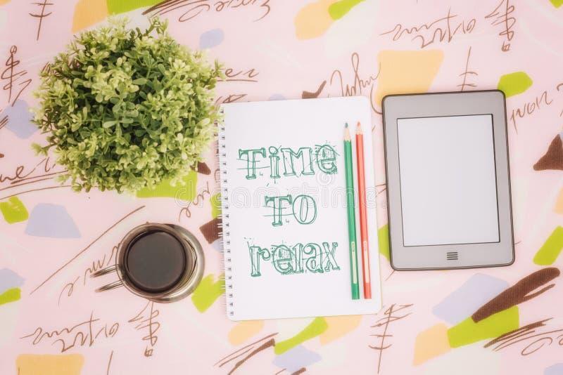 Taza de café, cuaderno y ebook imagenes de archivo