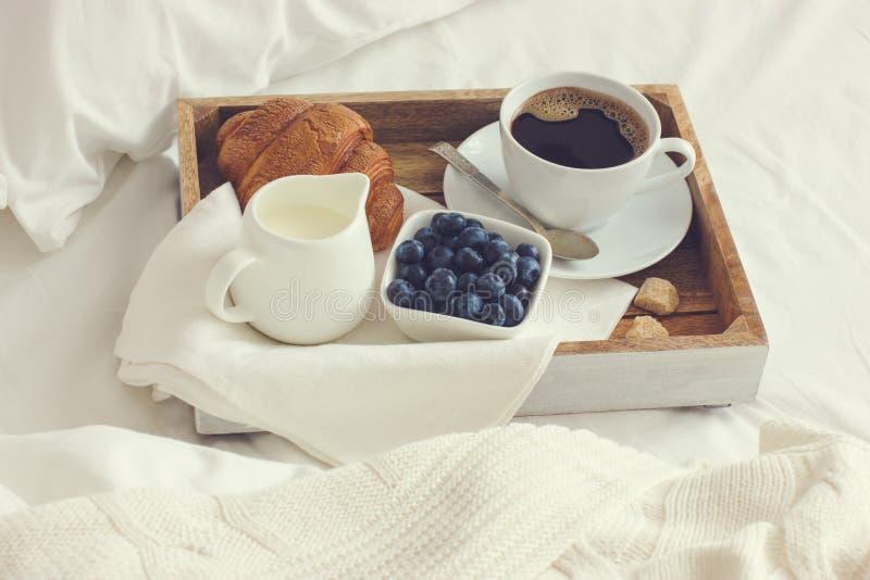 Taza de café, de cruasán y de arándano fresco en la bandeja de madera, bre fotografía de archivo libre de regalías