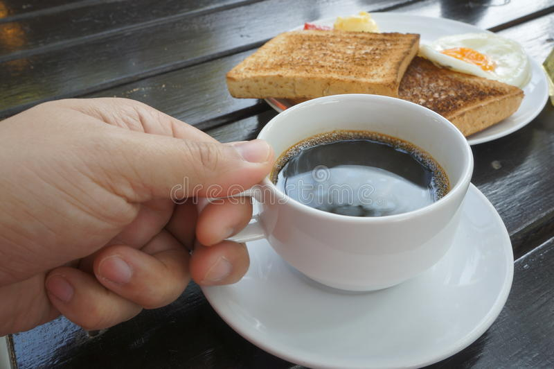 Taza de café de la elevación de la mano fotografía de archivo