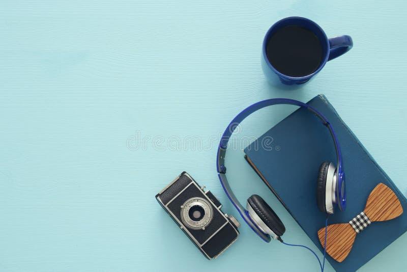 taza de café, de libro viejo, de cámara de la foto del vintage y de auriculares foto de archivo