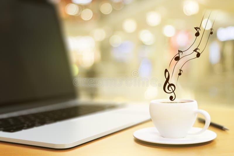 Taza de café, de ordenador portátil y de notas musicales imagen de archivo
