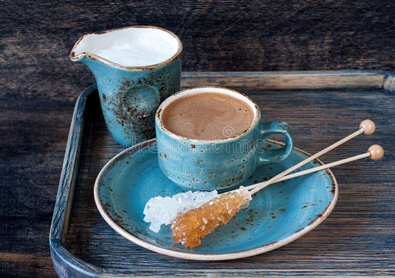Taza de café del café express con leche imagen de archivo libre de regalías