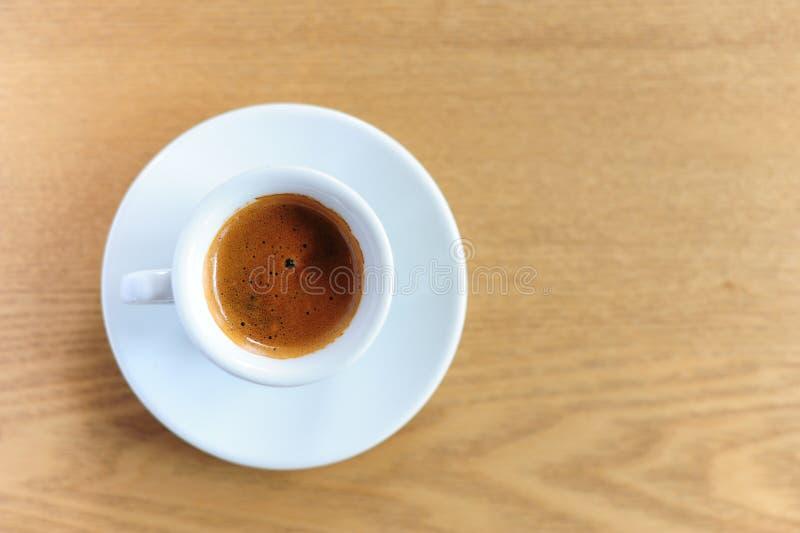 Taza de café del café express en la tabla de madera foto de archivo