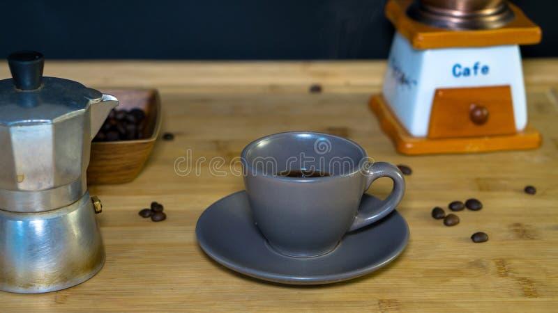 Taza de café del café express colocada en una tabla de madera imágenes de archivo libres de regalías