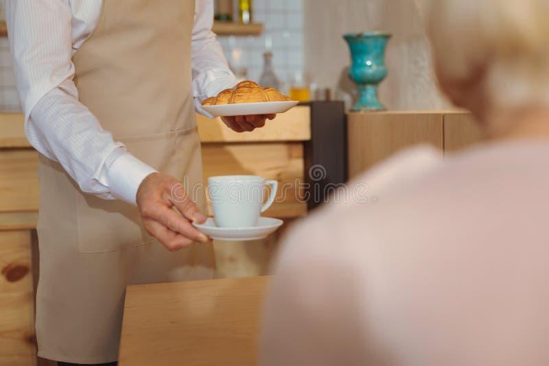 Taza de café delicioso que es servido fotografía de archivo