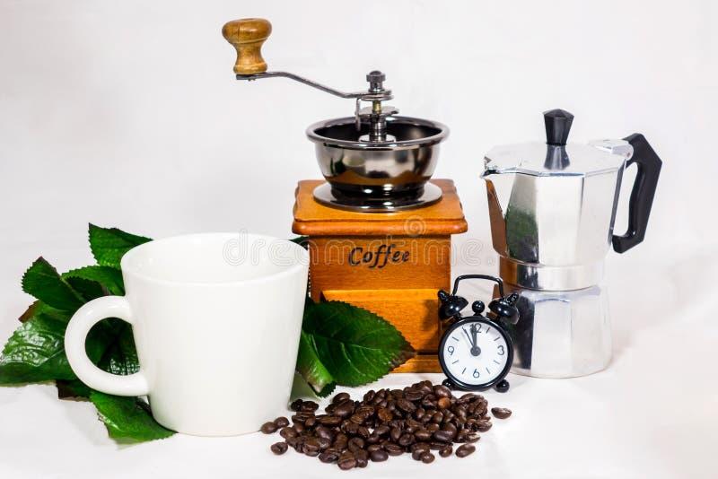 Taza de café, despertador, amoladora de café imagen de archivo libre de regalías