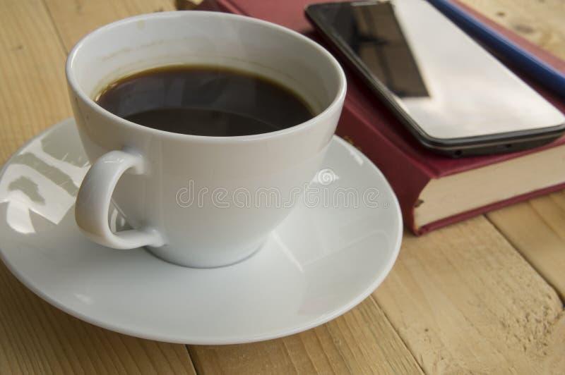 Taza de café durante mañana del trabajo fotografía de archivo libre de regalías