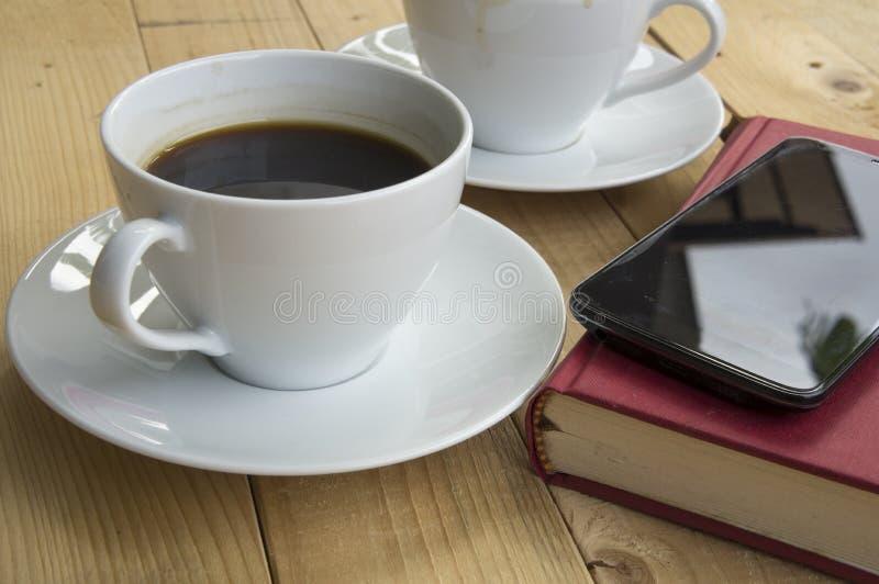 Taza de café durante mañana del trabajo imagenes de archivo