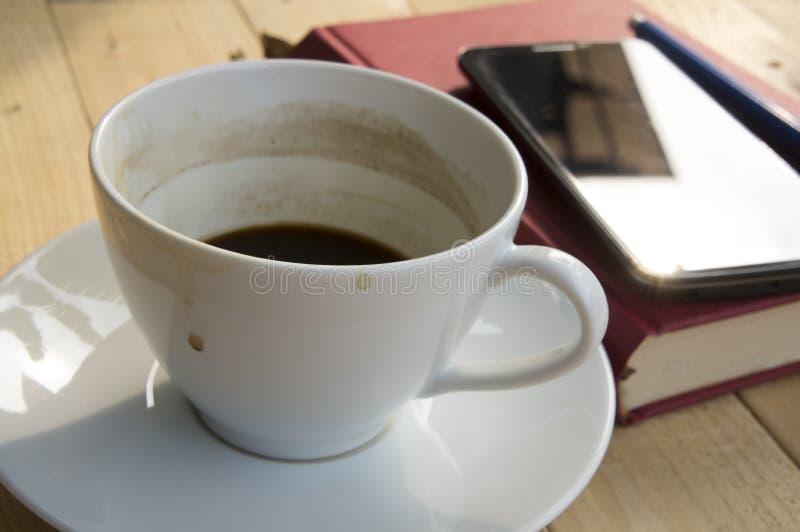 Taza de café durante mañana del trabajo fotos de archivo