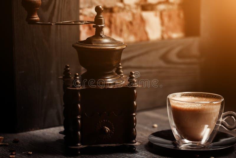Taza de café en color del vintage de la cafetería Amoladora de café y azúcar de caña de Brown en la tabla de madera con la llamar imágenes de archivo libres de regalías
