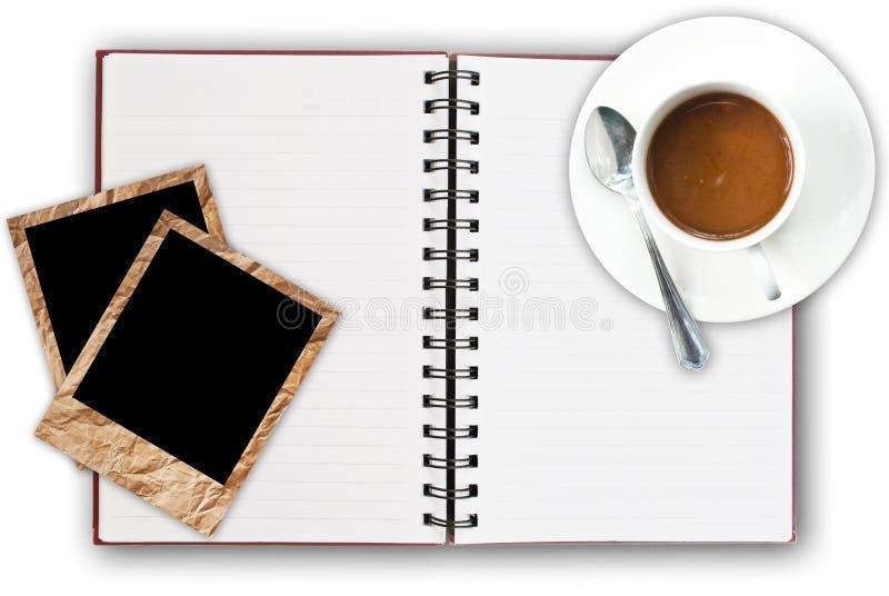 Taza de café en el cuaderno imagenes de archivo