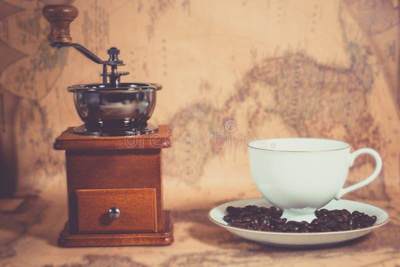 Taza de café en el mapa fotografía de archivo
