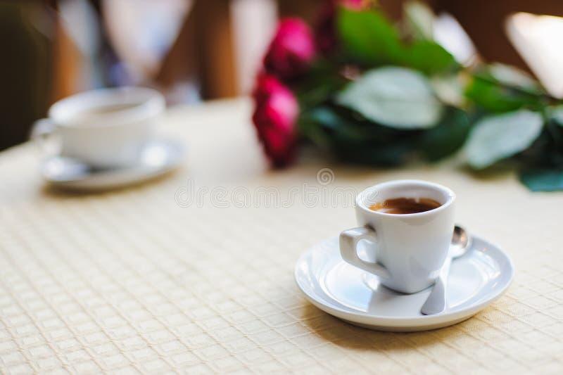 Taza de café en el vector imágenes de archivo libres de regalías