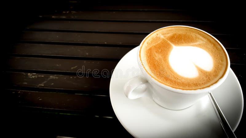 Taza de café en el vector de madera imagenes de archivo