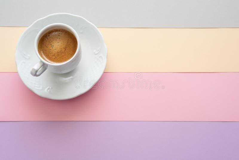 Taza de café en fondo del color en colores pastel Plano-endecha del verano fotos de archivo libres de regalías