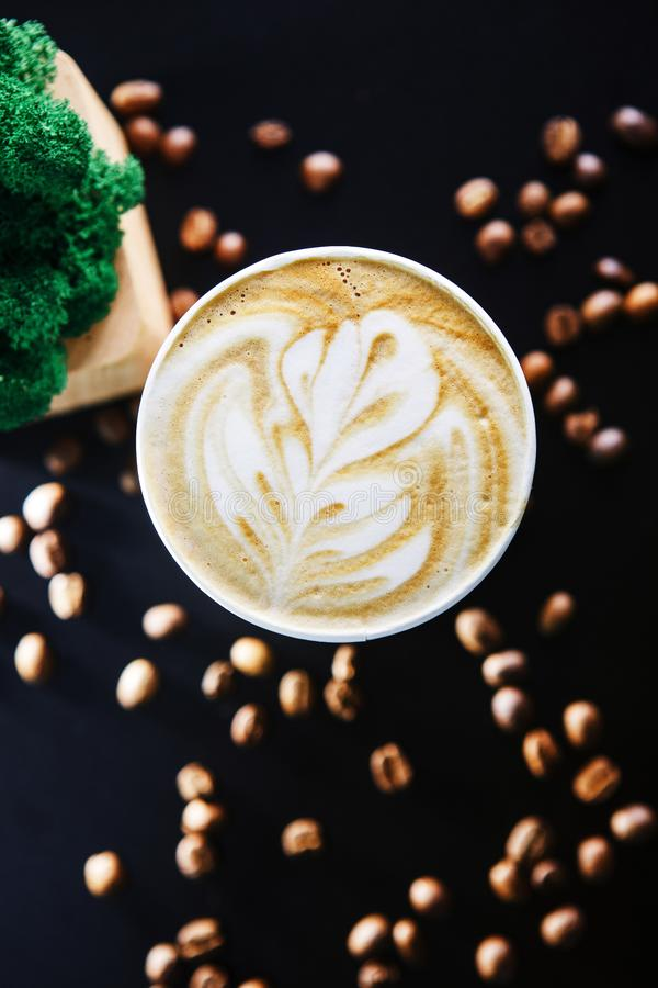 Taza de café en fondo negro con las habas Visi?n desde arriba fotos de archivo libres de regalías