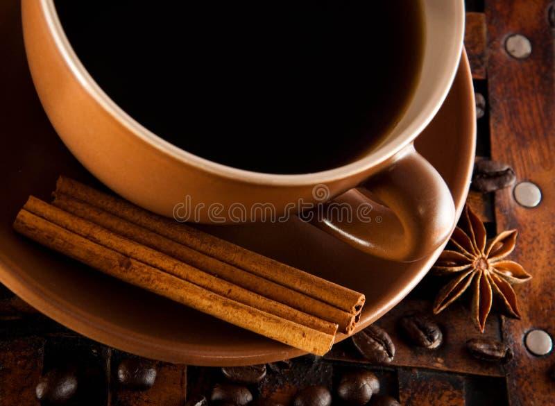 Taza de café en granero un fondo imagen de archivo
