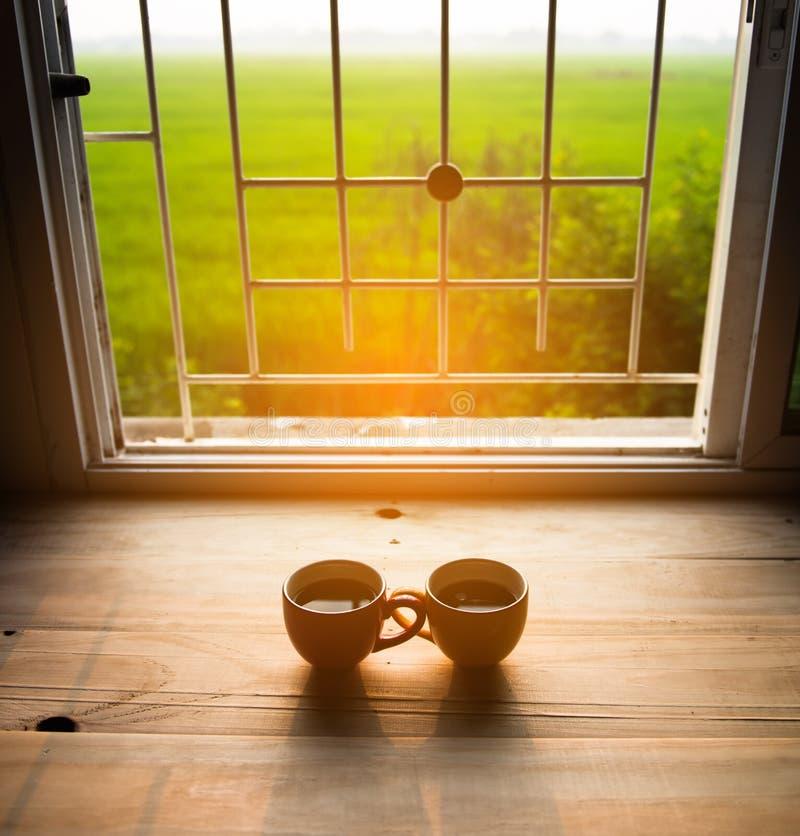 Taza de café en la madera fotos de archivo