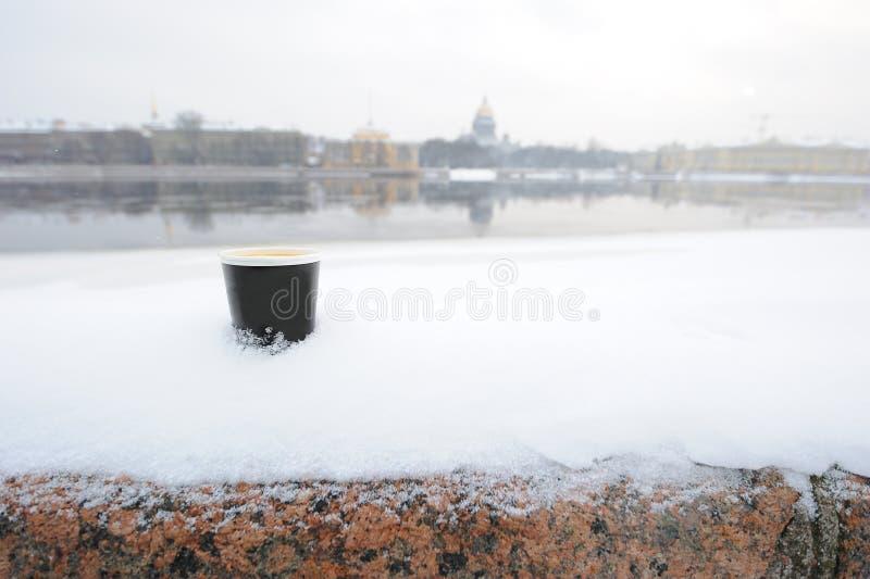 Taza de café en la nieve imagenes de archivo