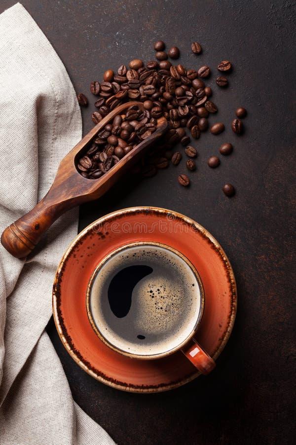 Taza de café en la tabla de cocina vieja imágenes de archivo libres de regalías