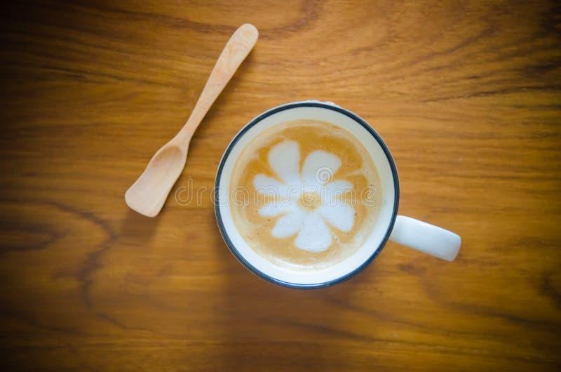 Taza de café en la tabla de madera imagenes de archivo