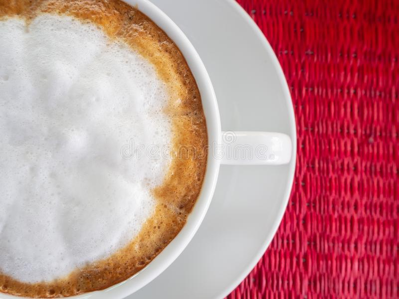 Taza de café en la tabla roja foto de archivo libre de regalías