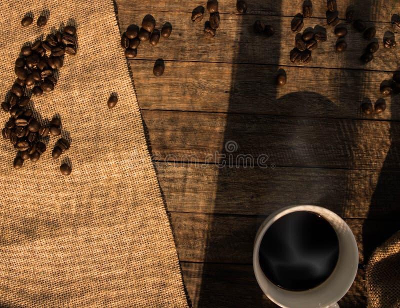 Taza de café en de madera imagen de archivo