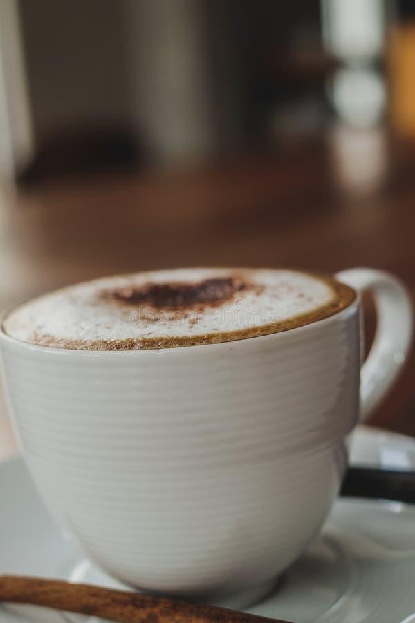 Taza de café en de madera fotografía de archivo libre de regalías