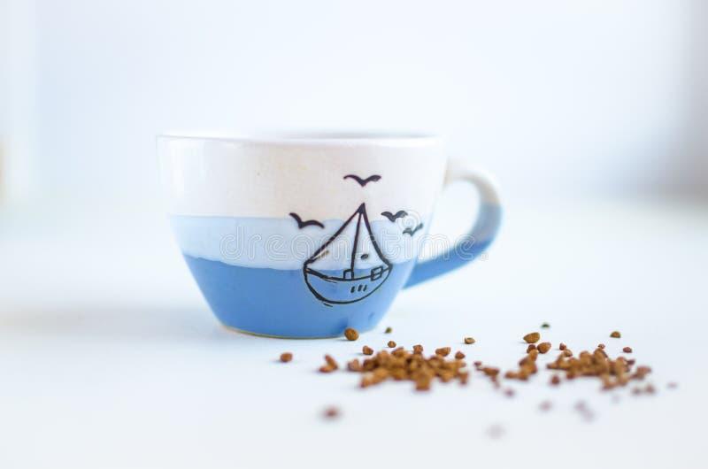 Taza de café en un fondo blanco imagen de archivo