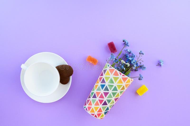 Taza de café en un fondo púrpura desayuno del fondo, bebidas y concepto del menú del café - taza de café en el fondo púrpura, top imagenes de archivo