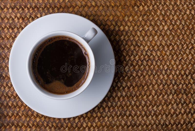 Taza de café en una bandeja de la rota imagenes de archivo