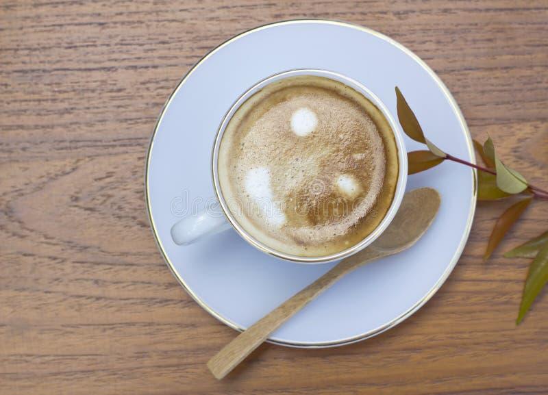 Taza de café en una tabla de madera imagenes de archivo