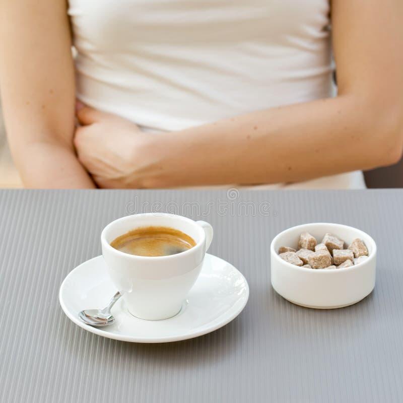 Taza de café en una tabla en el café fotos de archivo