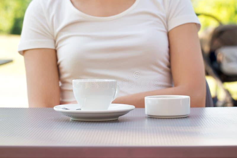 Taza de café en una tabla en el café imagen de archivo libre de regalías