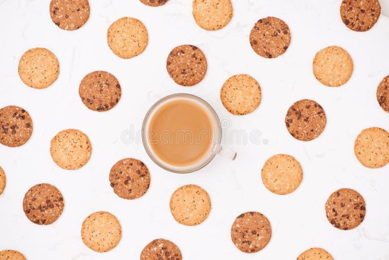Taza de café entre modelo de la diversa galleta de la torta dulce y de la avena imagen de archivo libre de regalías