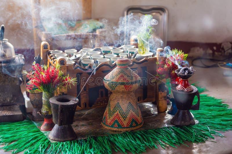 Taza de café etíope con incienso aromático imagen de archivo libre de regalías