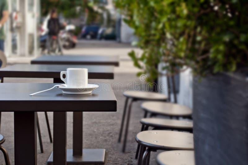 Taza de café express italiano en una tabla - café de la calle imagen de archivo
