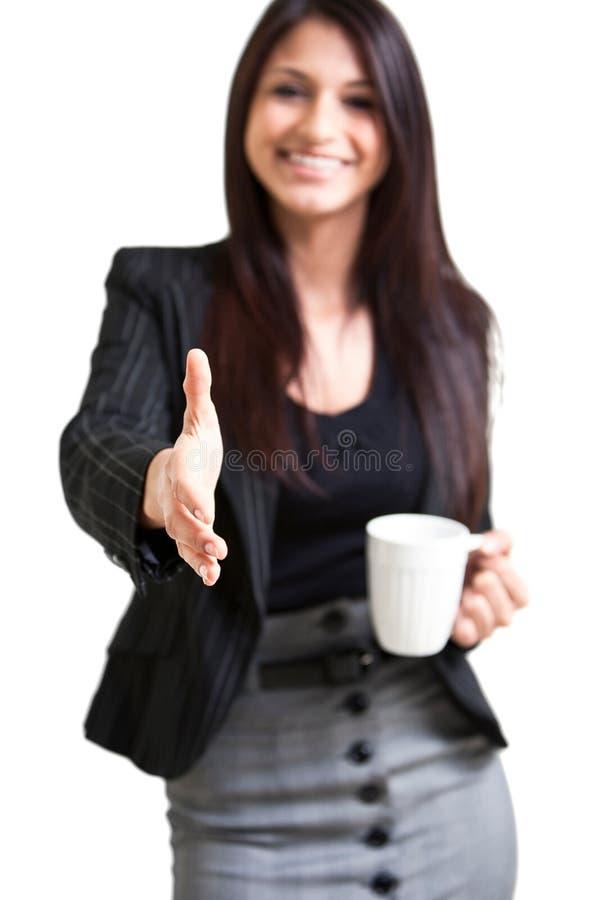 Taza de café femenina del negocio que se sostiene feliz imagen de archivo libre de regalías