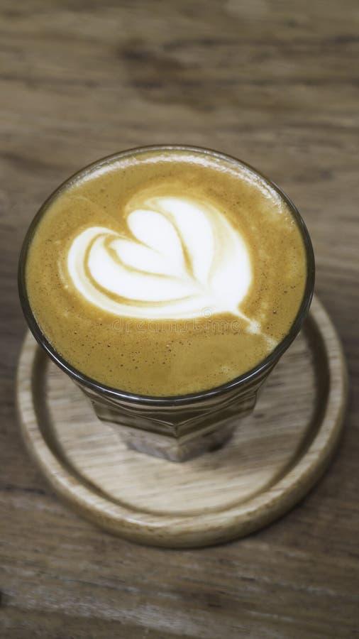 Taza de café de flautín del latte con arte del latte imagen de archivo libre de regalías