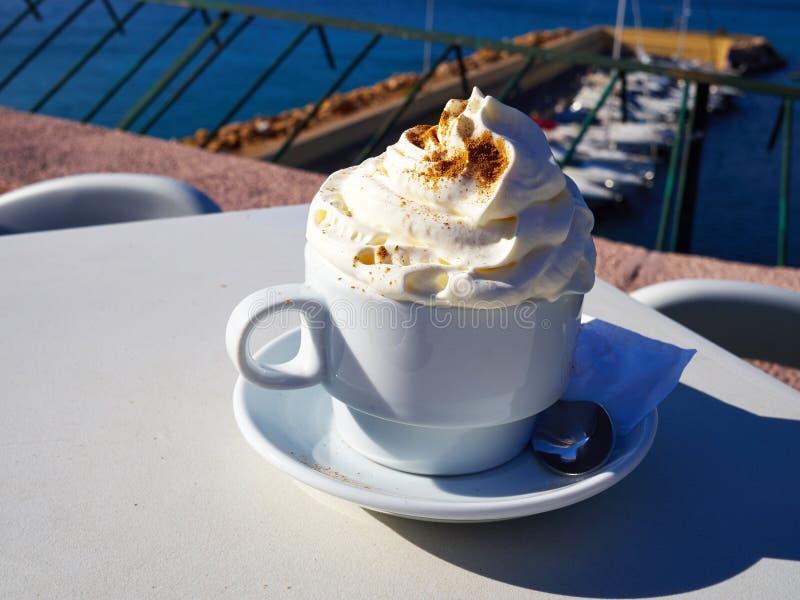 Taza de café fresco del latte o del capuchino con leche fotografía de archivo libre de regalías