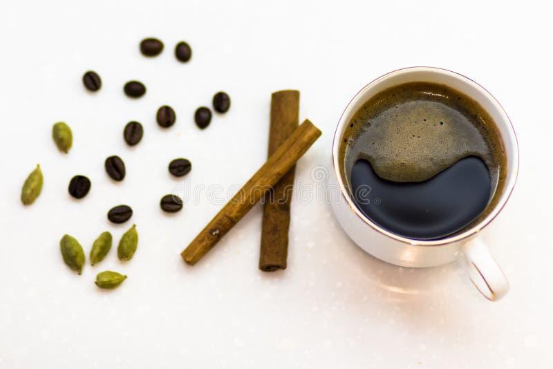 Taza de café fuerte con el cardamomo y el canela fotos de archivo libres de regalías